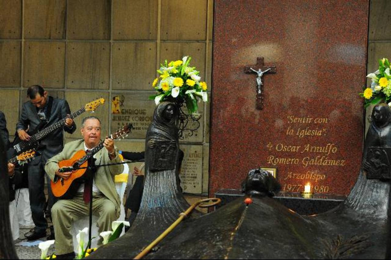 Tanto fieles salvadoreños como extranjeros dicen ya considerar santo a Monseñor Óscar Arnulfo Romero. Su cripta es visitada por decenas de fieles todos los días. Foto EDH