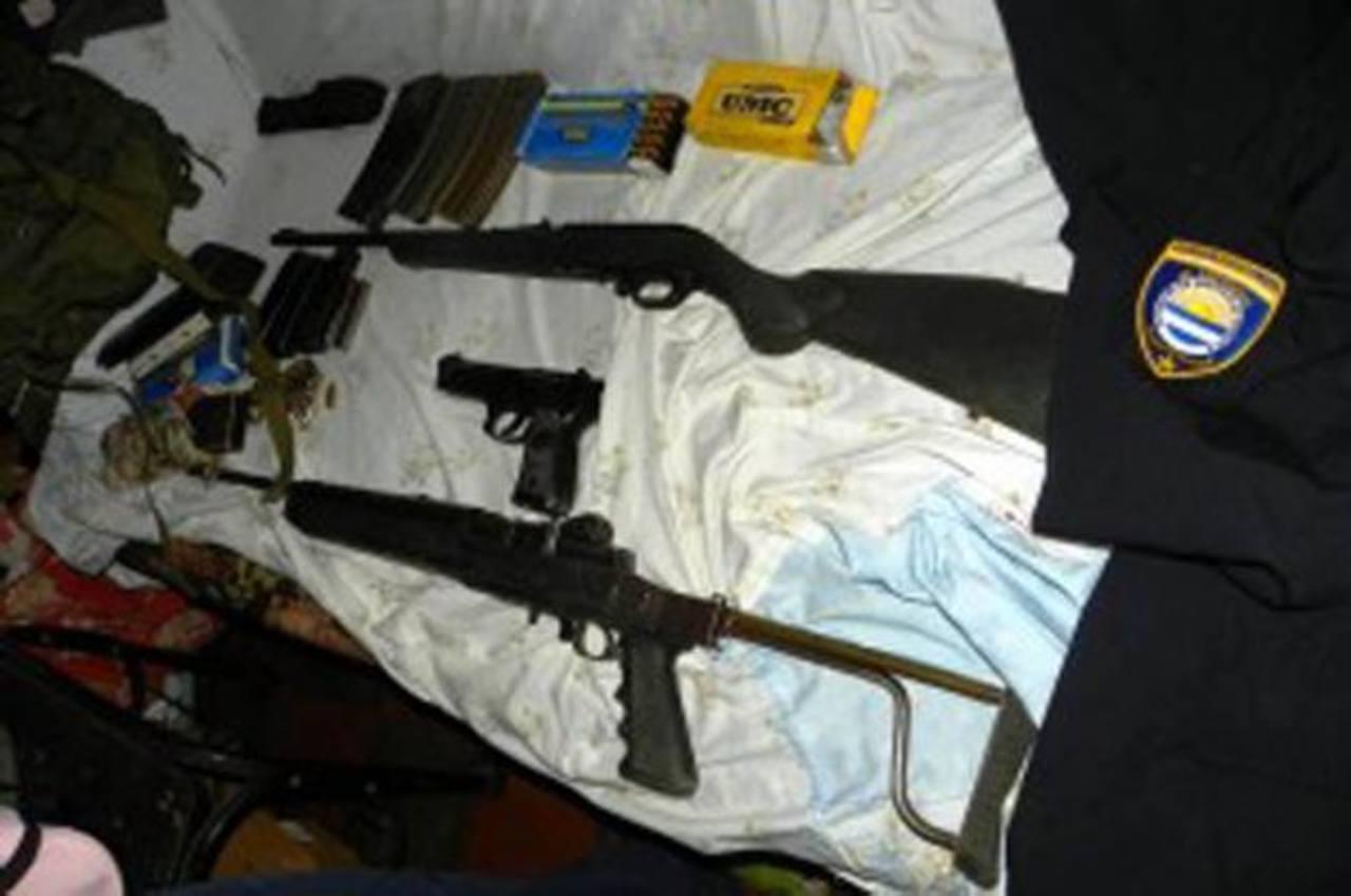 Armas de fuego decomisadas a la abogada Navarrete en su casa de habitación, en Mejicanos. Foto EDH/Archivo.