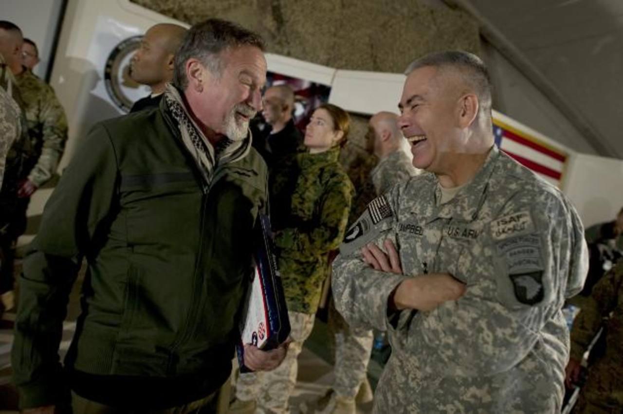 El comediante Robin Williams y el teniente general John F. Campbell después de un espectáculo a las tropas estadounidenses.