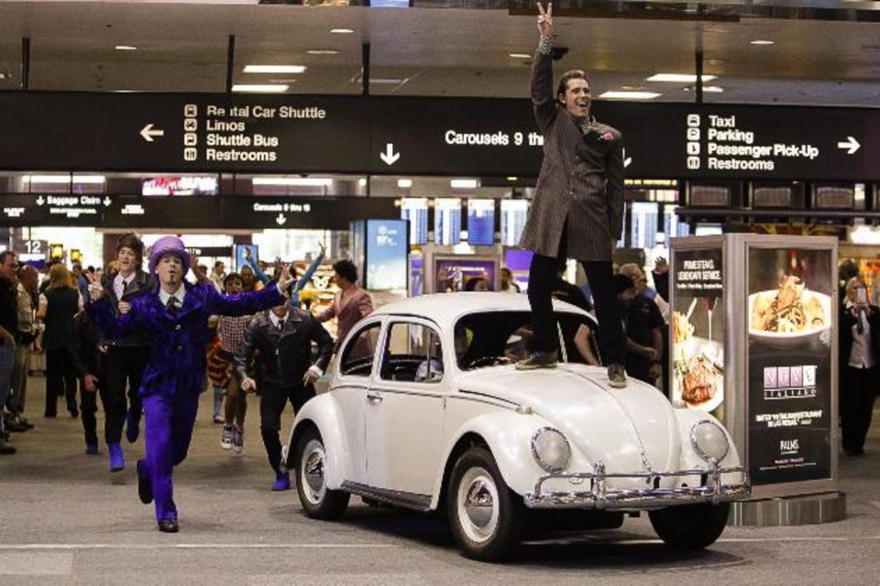 Show del Cirque du Soleil's en el aeropuerto de Las Vegas.