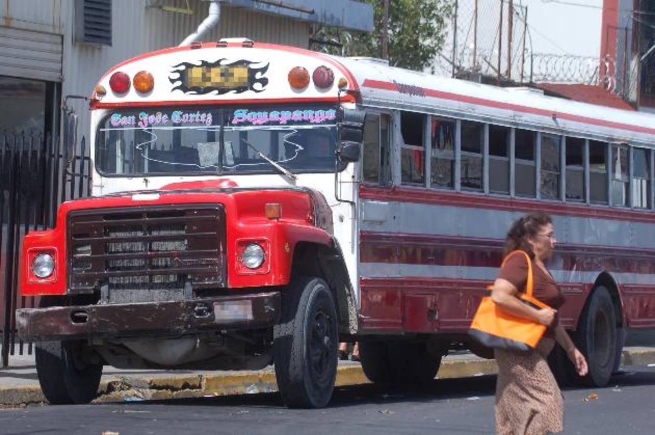 Los buses que estén por cumplir 20 años de fabricación podrán circular un año más. foto edh / arena.