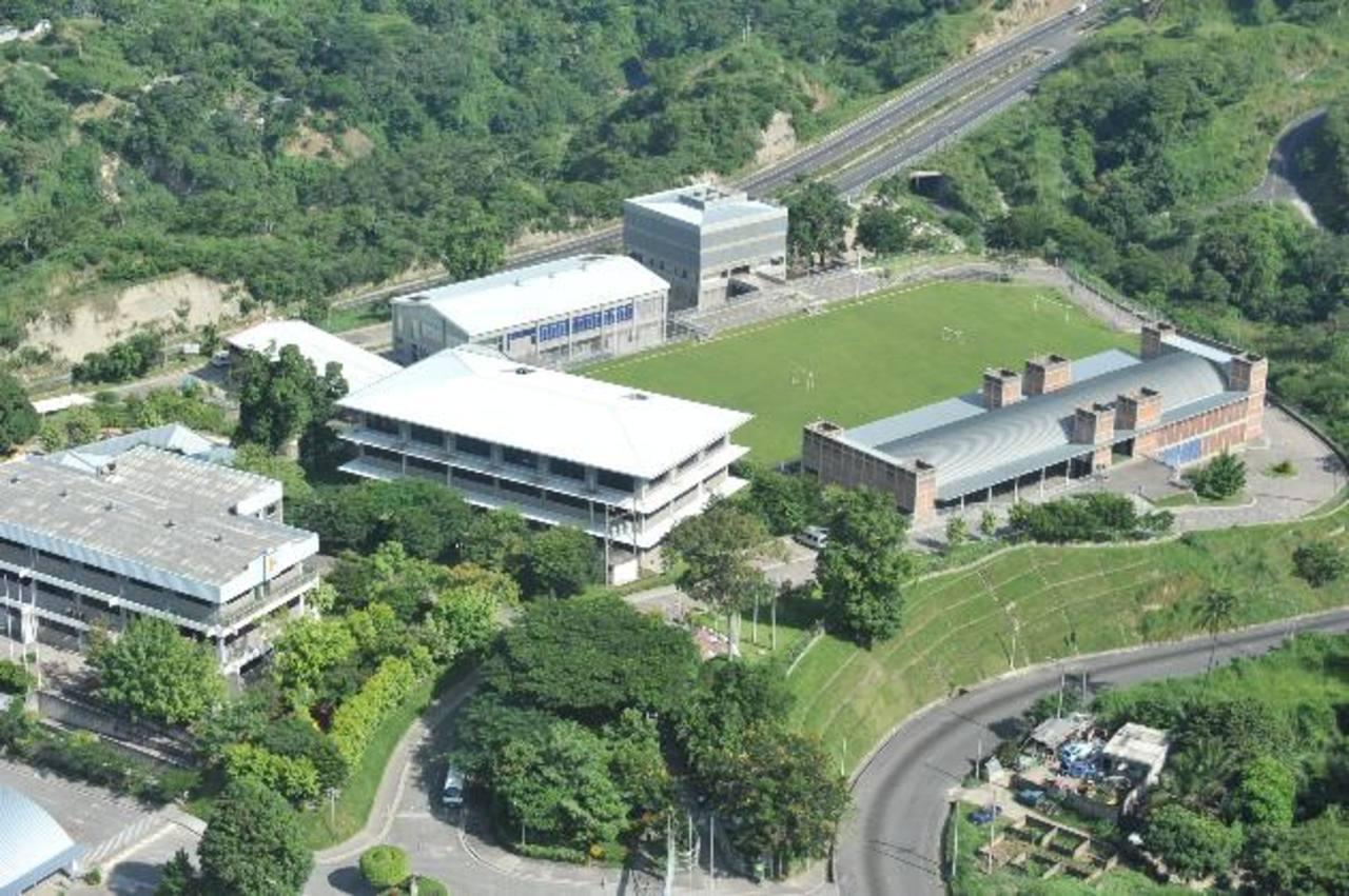 Vista aérea del Colegio Padre Arrupe, de Soyapango, es una de las instituciones a las que Educación acreditó en 2013. Foto EDH.