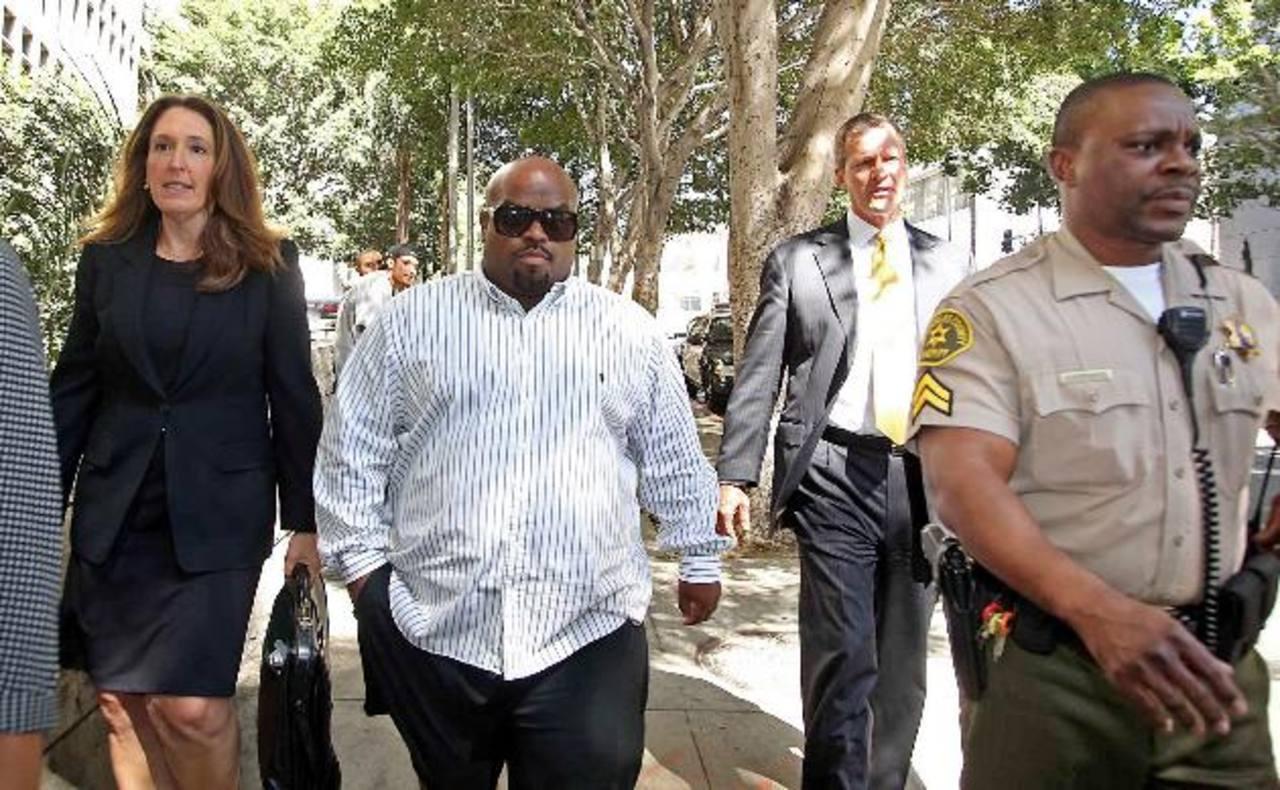 El músico Cee Lo Green sale del Tribunal Superior de Los Ángeles tras una audiencia.
