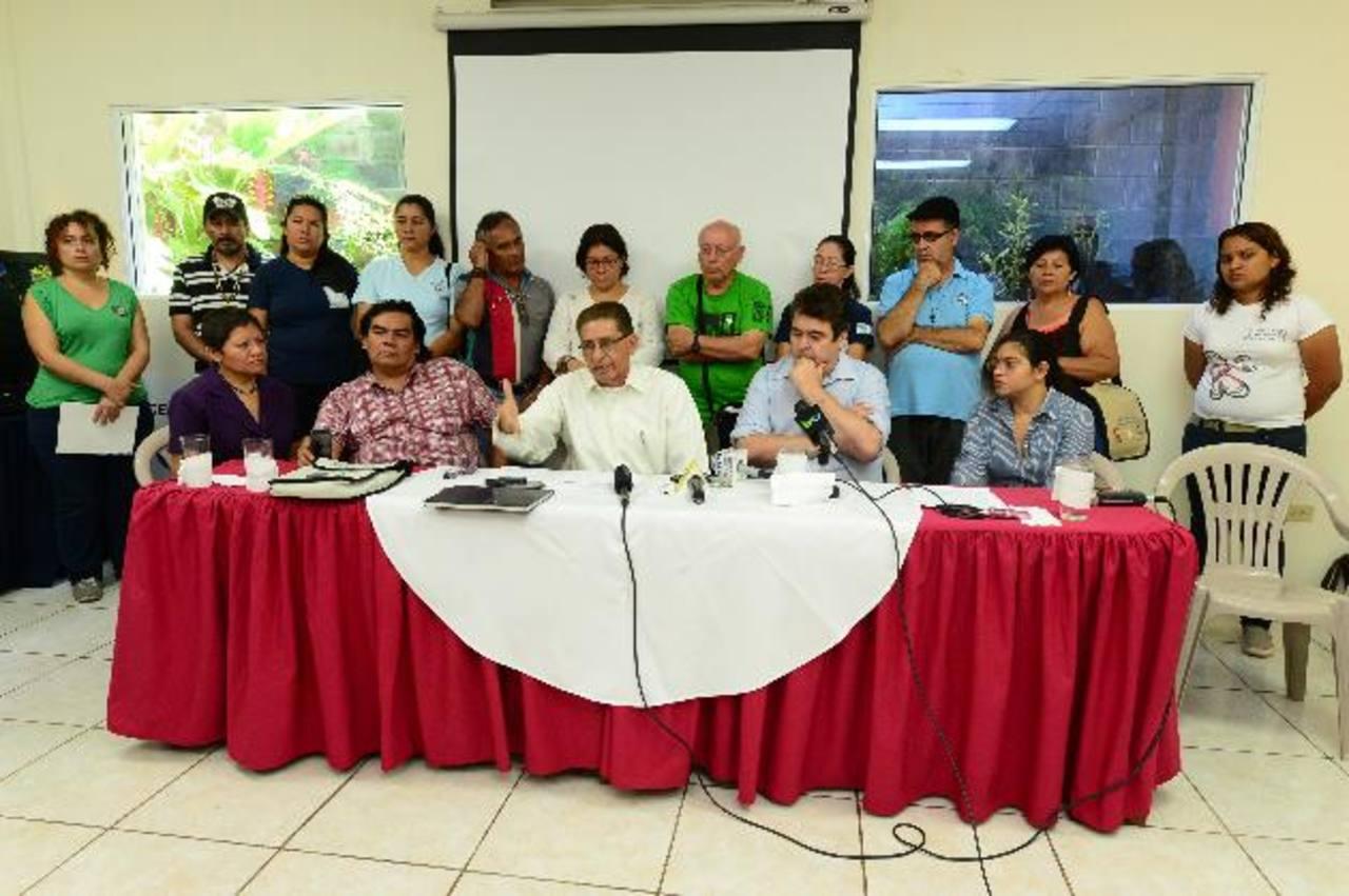 Dirigentes de organismos no gubernamentales que respaldaron la labor del padre Antonio Rodríguez. Foto EDH / Jorge Reyes.
