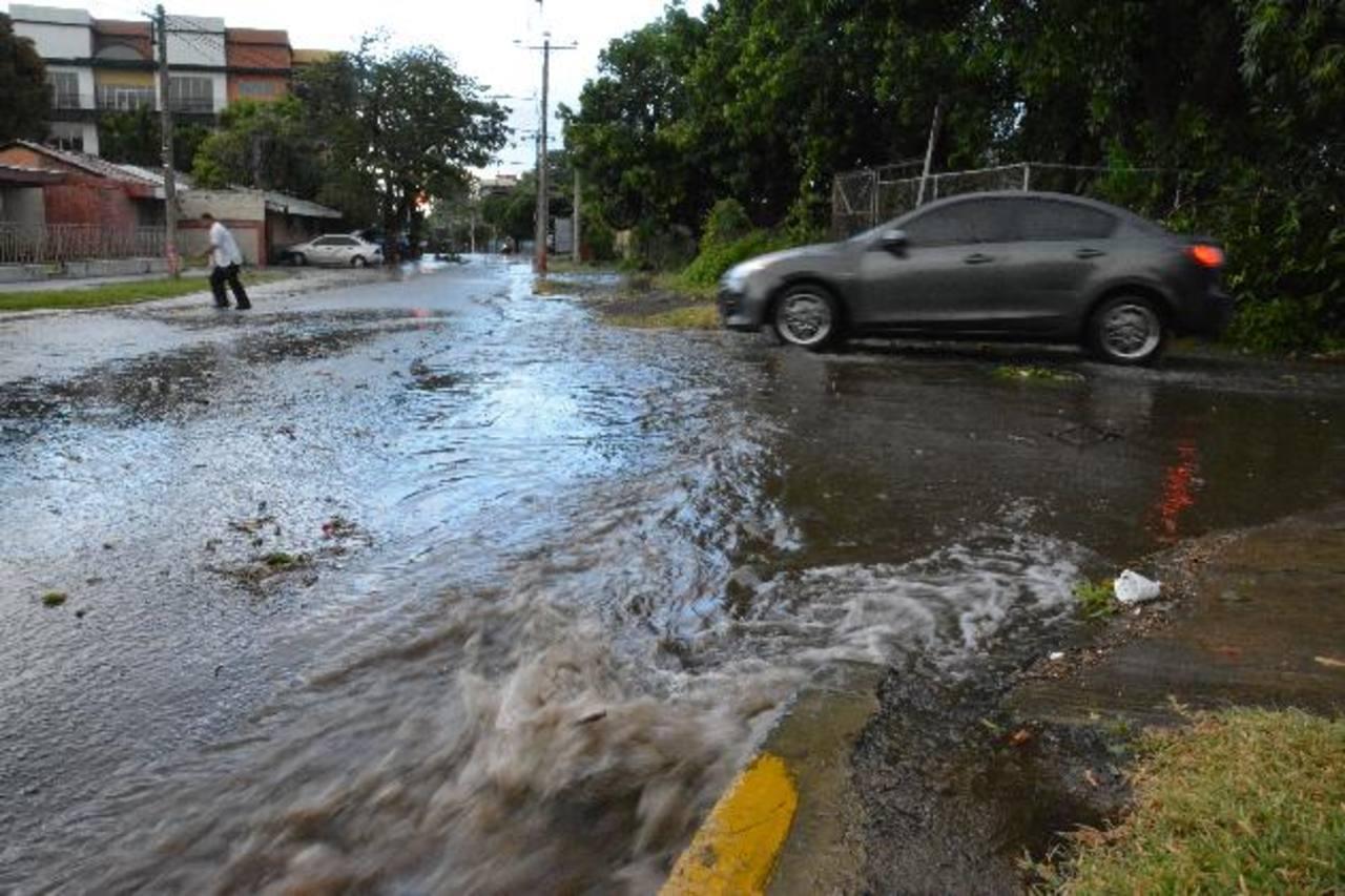 Las calles de la colonia Ciudad Jardín, en la zona surponiente de la cabecera, siempre se anegan cuando llueve fuerte. El agua desemboca en la avenida Roosevelt Sur. Foto EDH / Carlos Segovia