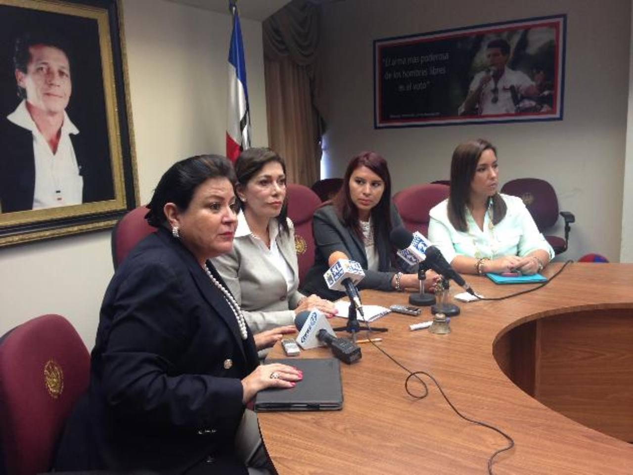 De izquierda a derecha: diputadas Margarita de Escobar, Ana Vilma de Escobar, Marta E. Batres y Alejandrina Castro