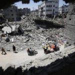 Varios palestinos transportan sus pertenencias entre los escombros de varios edificios en el barrio de Al-Shejaeiya, en el este de la ciudad de Gaza, en la franja de Gaza, hoy, viernes 1 de agosto de 2014. Al menos 27 palestinos han muerto y más de 2