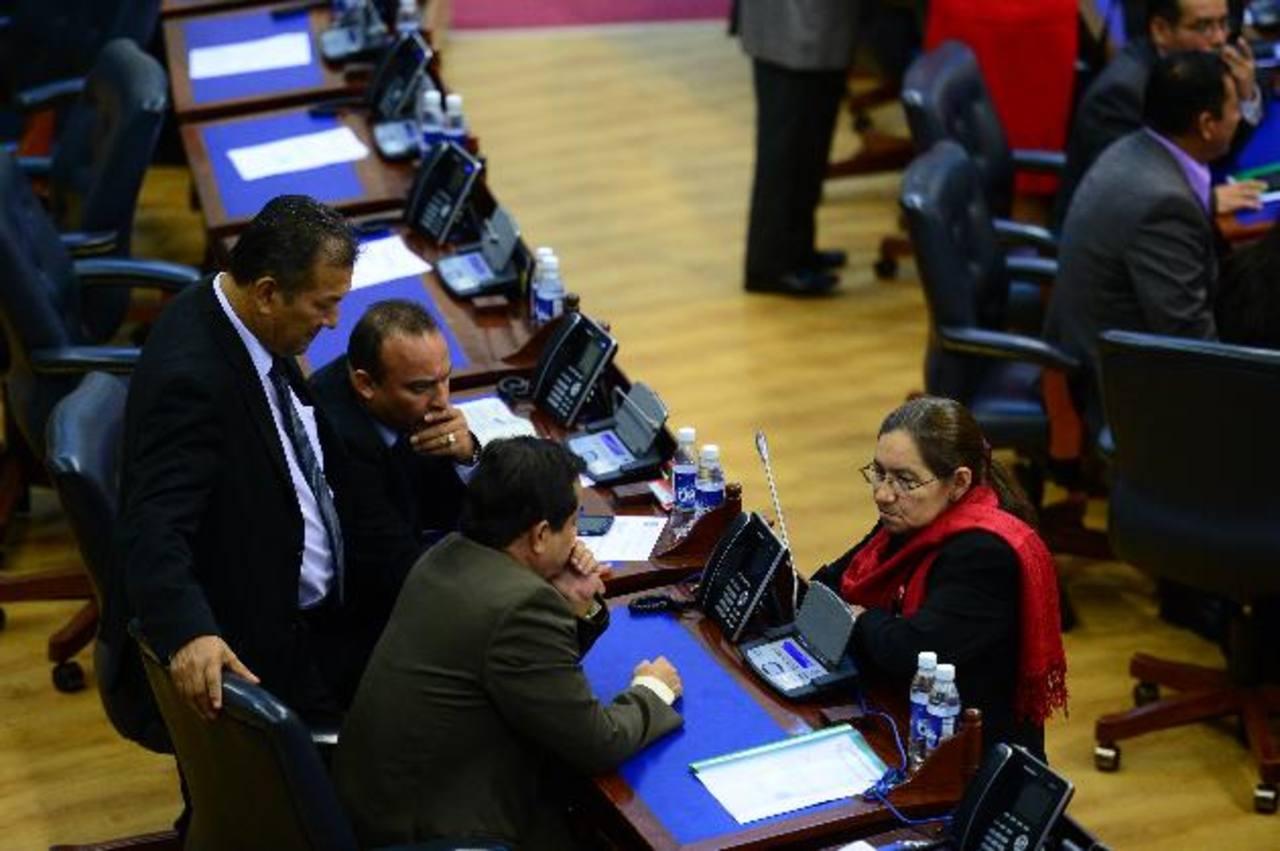 """El """"combo"""" aprobado en la última sesión plenaria incluyó impuestos y nuevos cargos para funcionarios del TSE, CSJ y Corte de Cuentas. La población será cargada con nuevos impuestos. El impuesto tendría un efecto negativo en los contribuyentes, ya que"""