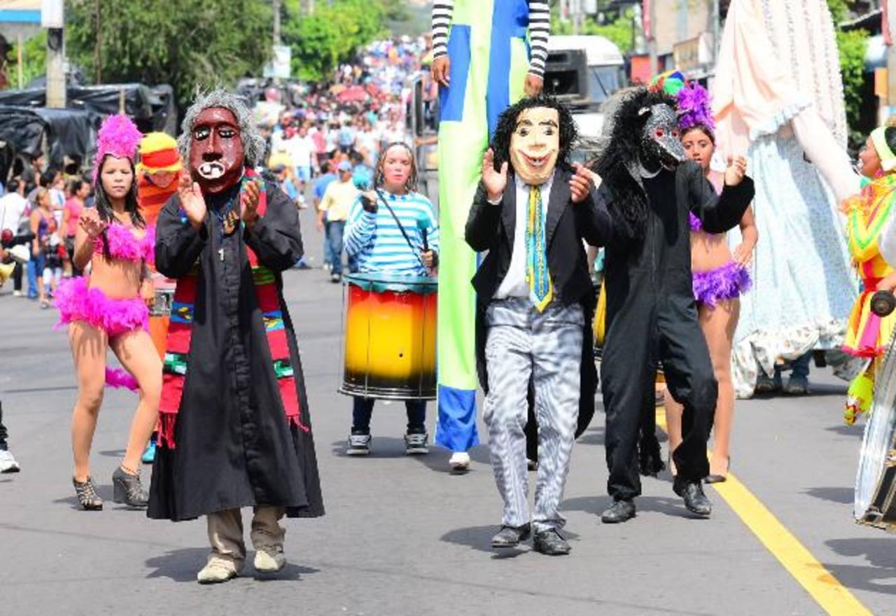 """Los famosos """"Viejos de agosto"""" fueron el alma del desfile de Correo con sus bromas y ocurrencias. fotos edh / Omar carbonero"""