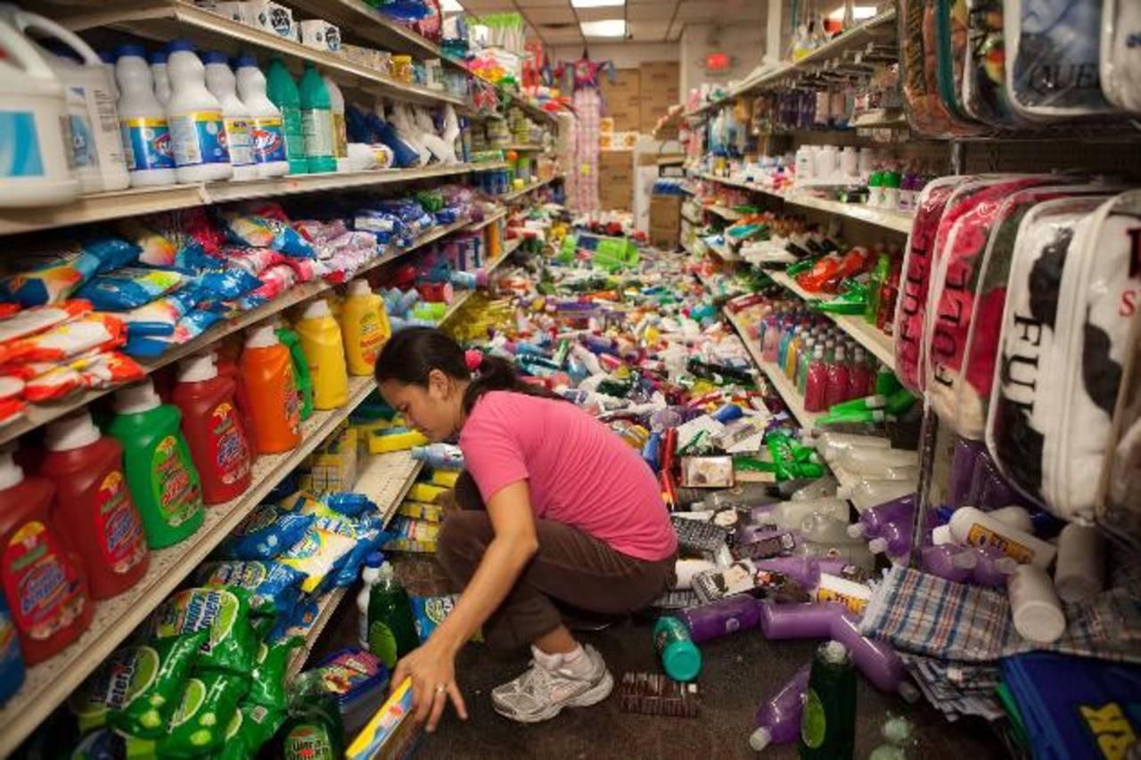 Una empleada de un supermercado en American Canyon, San Francisco, levanta los productos tras el potente sismo, ayer.