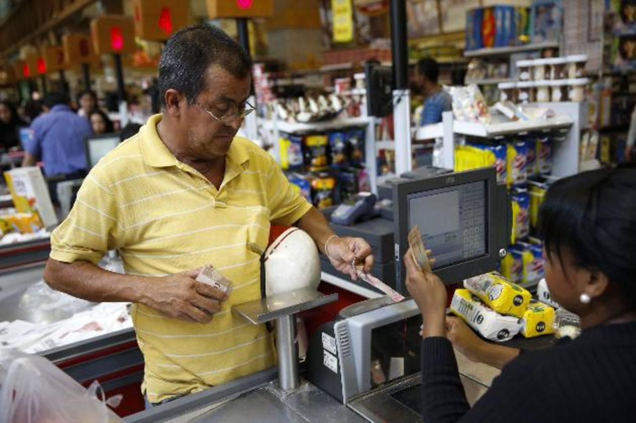 El Ejecutivo chavista informó que los equipos para controlar la venta de productos serán activados antes de terminar 2014. En la imagen, un supermercado de Caracas. foto edh / reuters