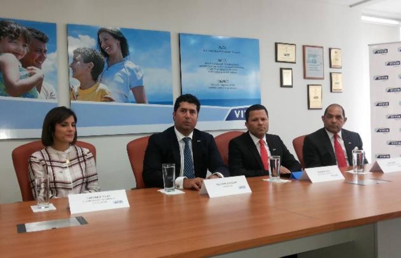 El presidente de Vivir, José Carlos Zablah (der.) y Eduardo Cruz, presidente ejecutivo de la dominicana ARS Humano.