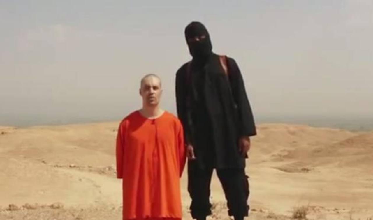 Captura del video difundido por los yihadistas en la que se ve al periodista James Foley (izq.) junto al terrorista que lo decapitó. Foto EDH / ap