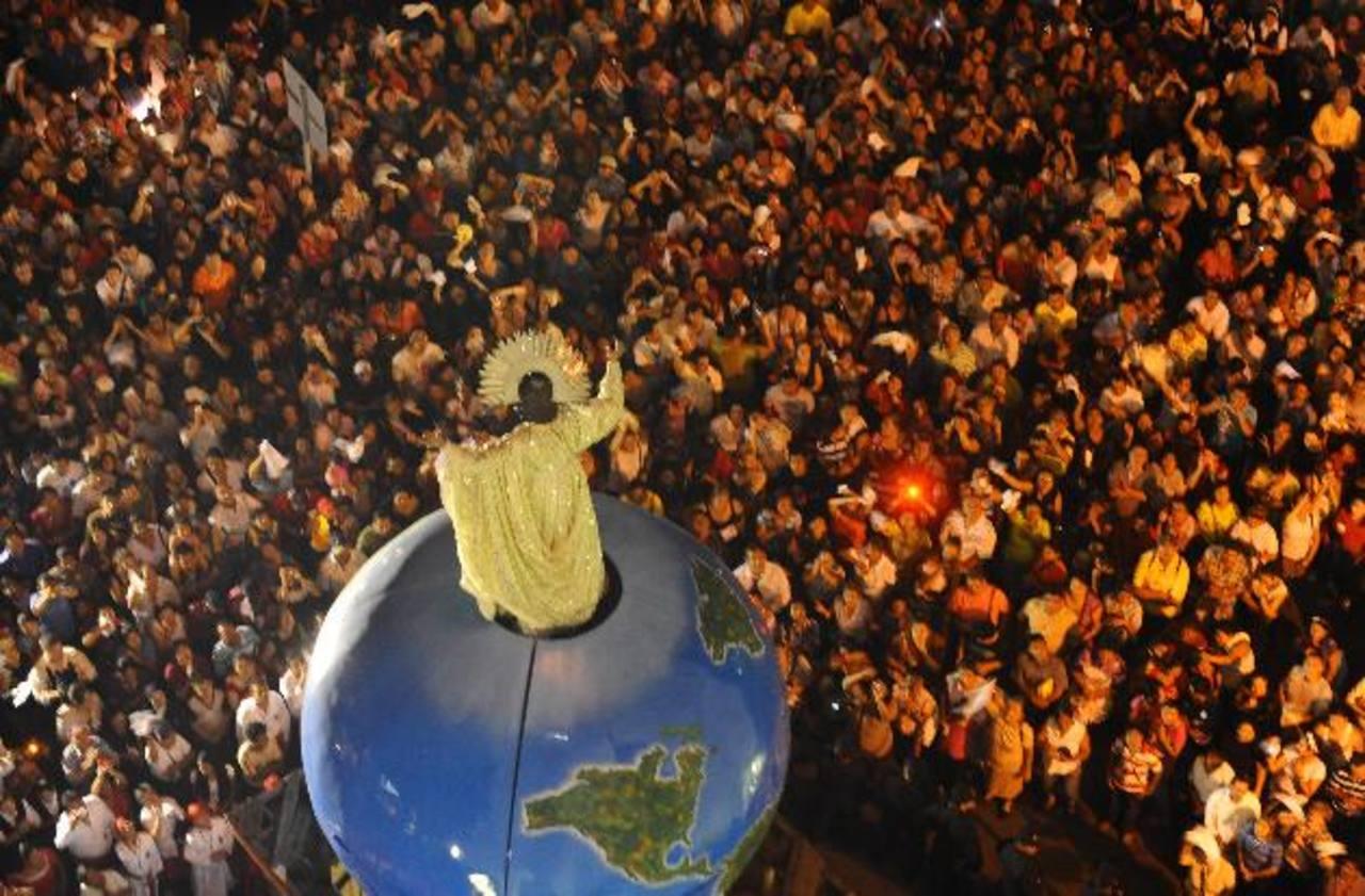 La Transfiguración de la imagen del Divino Salvador del Mundo, en Catedral Metropolitana, representa para los capitalinos el punto culminante de las celebraciones religiosas. Foto edh / archivo
