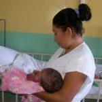 Mirna Cortez carga a su hija Nahomi de nueve meses. Nahomi permanece ingresada en el Servicio de Infectología del Hospital Bloom. Foto EDH /archivo