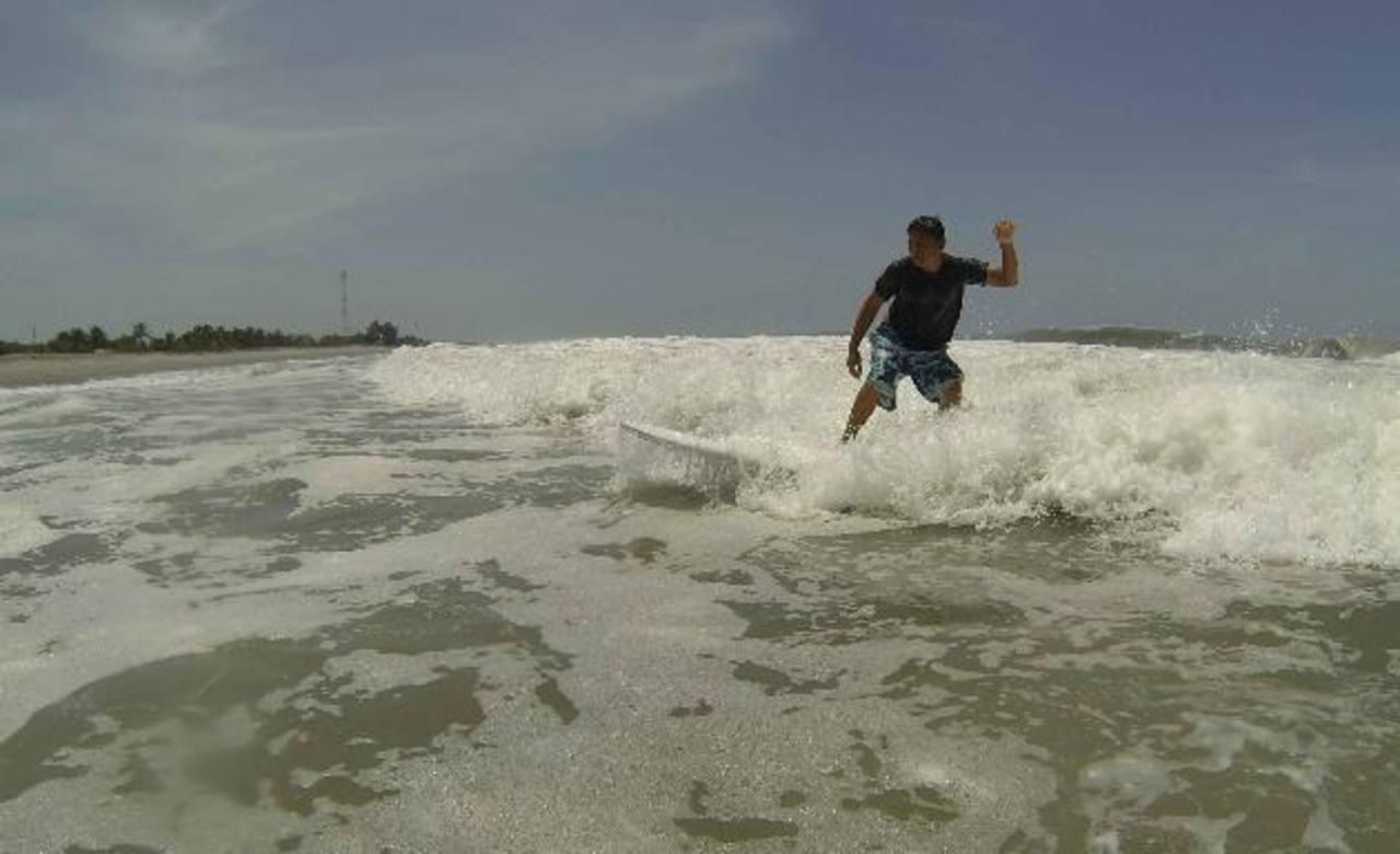 Escuela municipal con 25 niños surfistas
