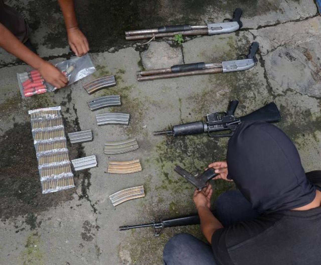 Dos fusiles M-16, dos escopetas y una pistola decomisados ayer en una zona rural de Quezaltepeque. Por este hecho capturaron a un pandillero de la 18. Foto EDH / DOUGLAS URQUILLA