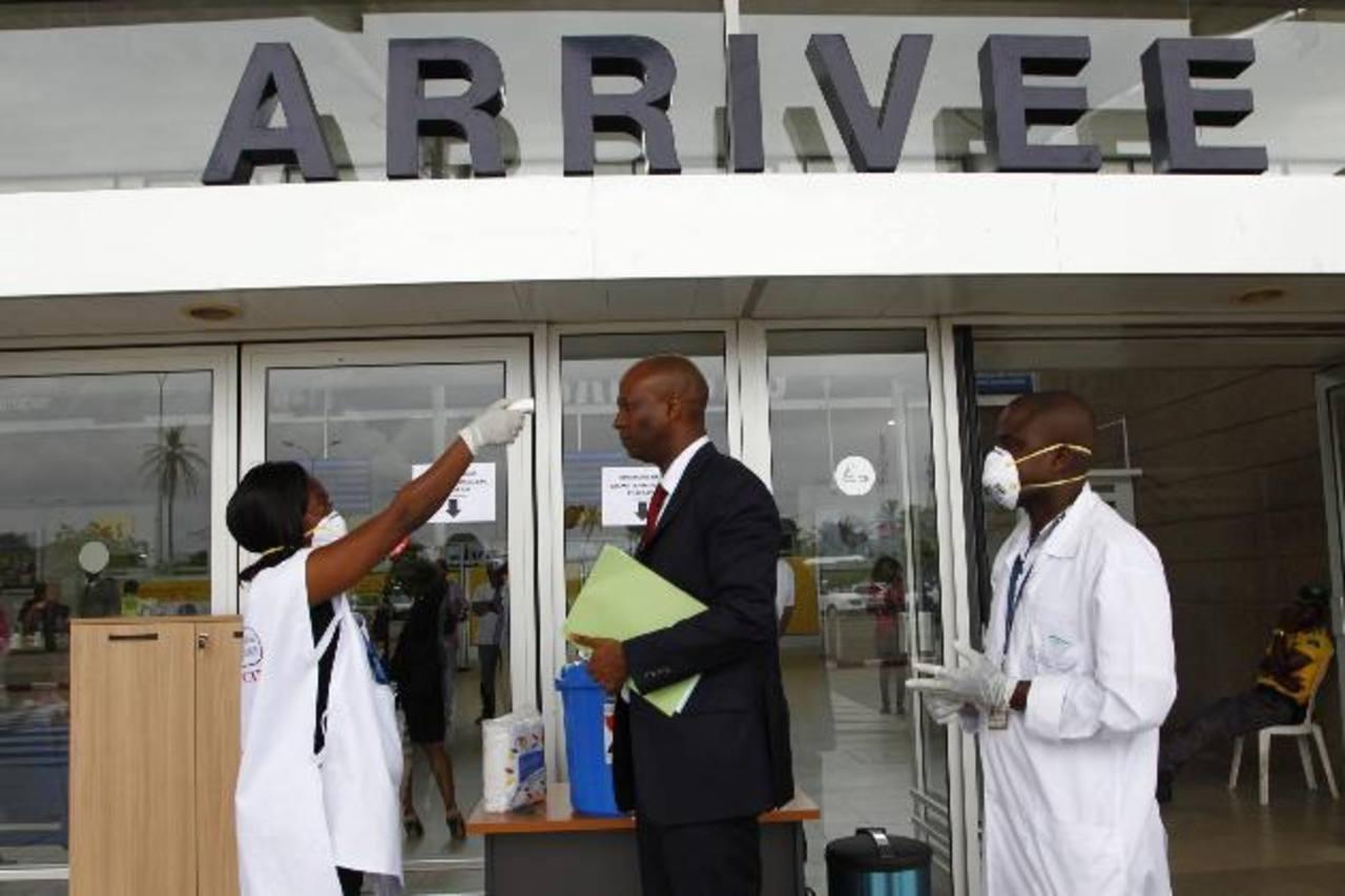 Trabajadores de salud en aeropuerto de Costa de Marfil.