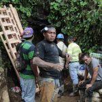 Parte del equipo de rescatistas y al fondo la entrada de la mina. foto edh / reuters