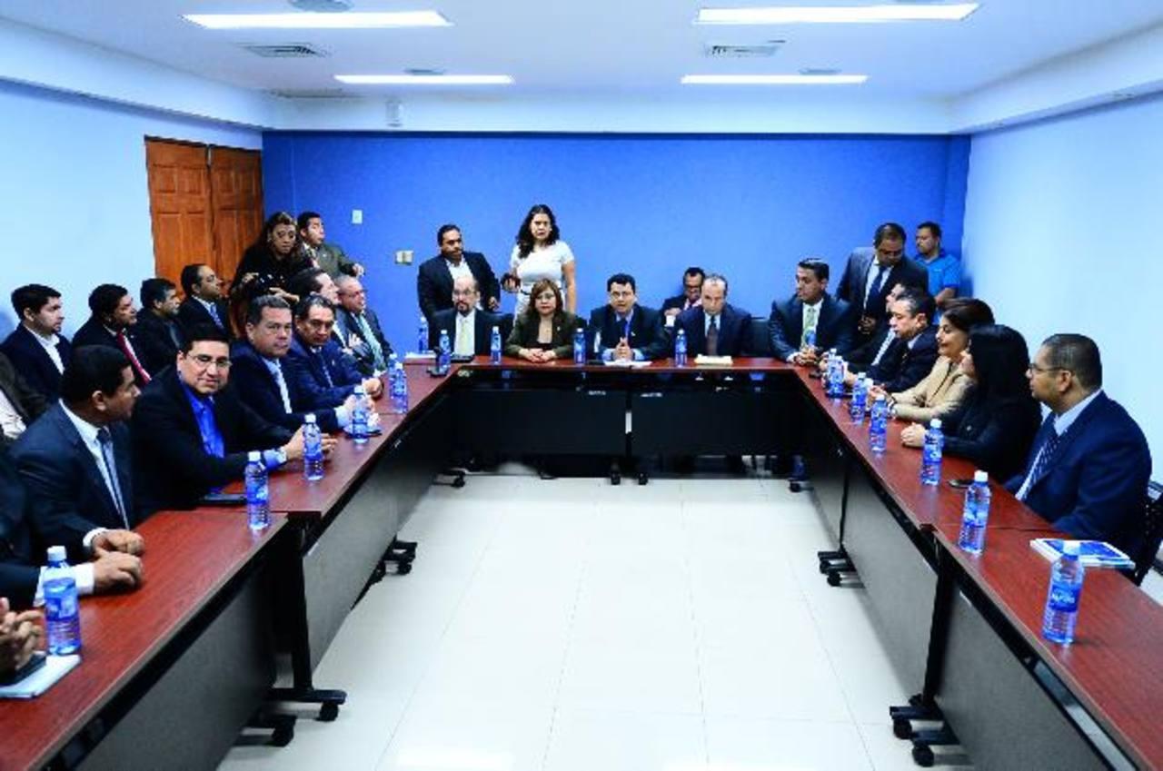 El TSE citó a los dirigentes de partidos para explicarles las reglas para hacer campaña electoral. Foto edh / omar carbonero