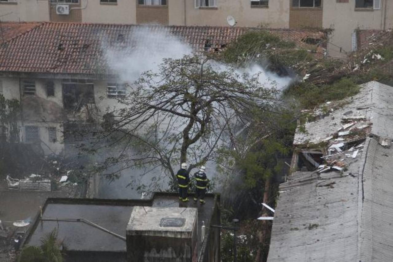 En el lugar del accidente, en una poblada área de la ciudad portuaria de Santos, se ve cómo el avión destruyó parte del techo de esta construcción. foto edh / efeEduardo Campos, candidato del Partido Socialista Brasileño (PSB).