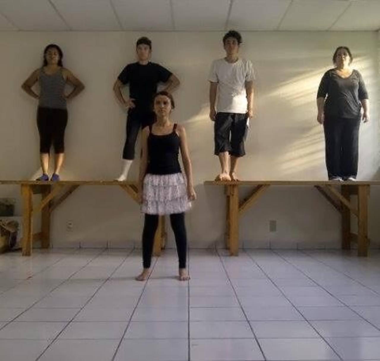 El elenco, conformado por más 10 actores, durante uno de los ensayos de la pieza. Foto/Cortesía Jorge Quinteros.