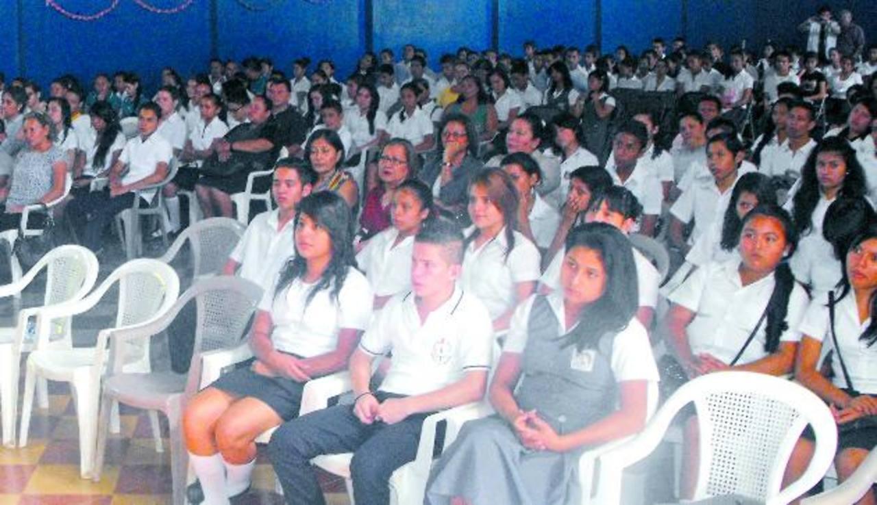 Los jóvenes provienen de diferentes instituciones educativas. Foto EDH / Mauricio Guevara