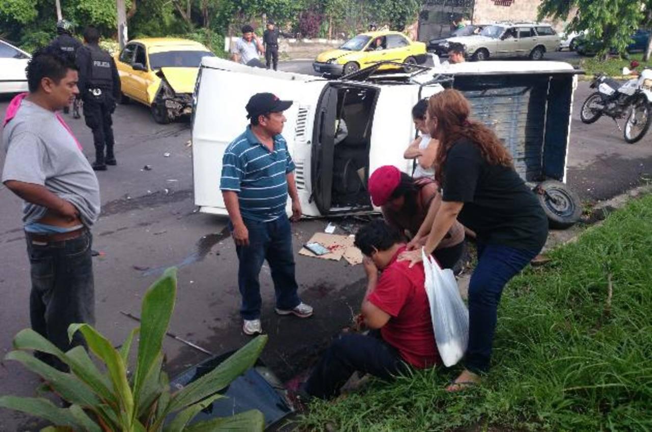 Manuel Bernal fue atendido por personas particulares y familiares tras resultar lesionado en el rostro. Foto EDH / Jaime Anaya.