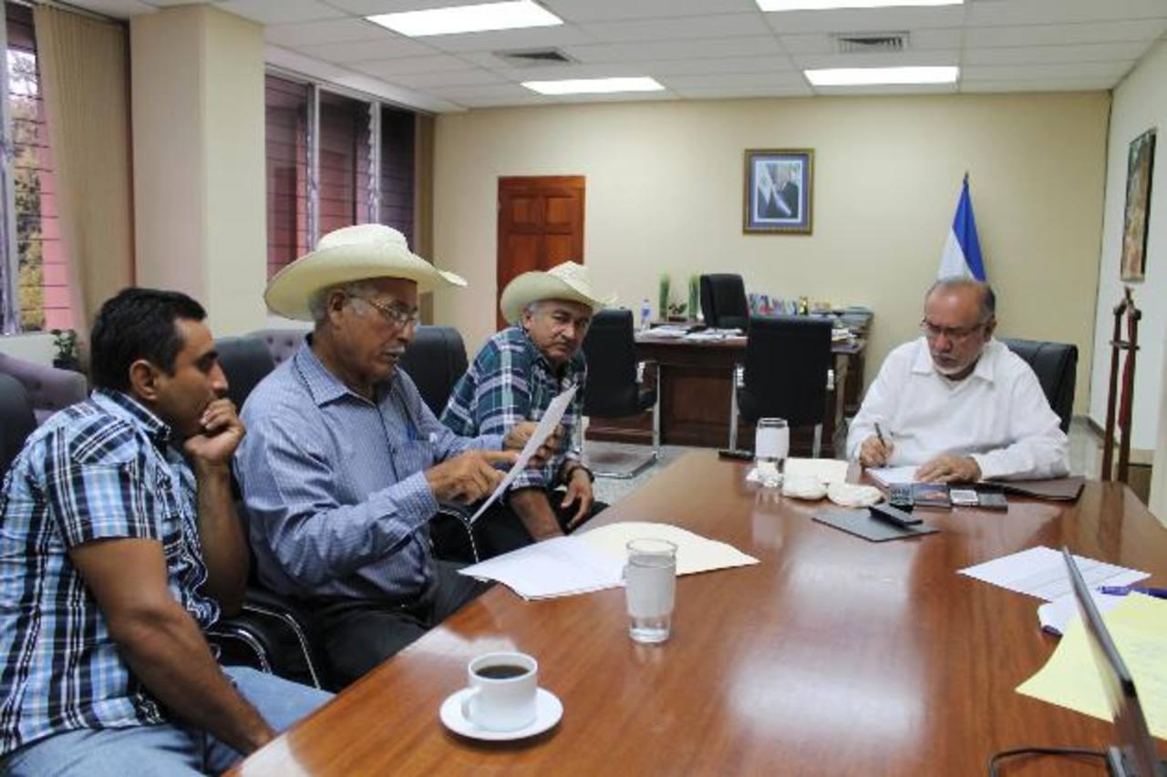 Productores de arroz de Chalatenango exponen sus inquietudes y necesidades al ministro de Agricultura. Foto EDH / cortesía