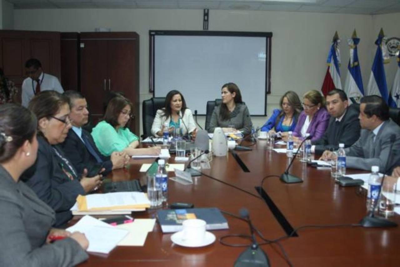 La Presidenta del Parlacen, Paula Rodríguez (al centro de chaqueta blanca). Foto EDH /cortesía