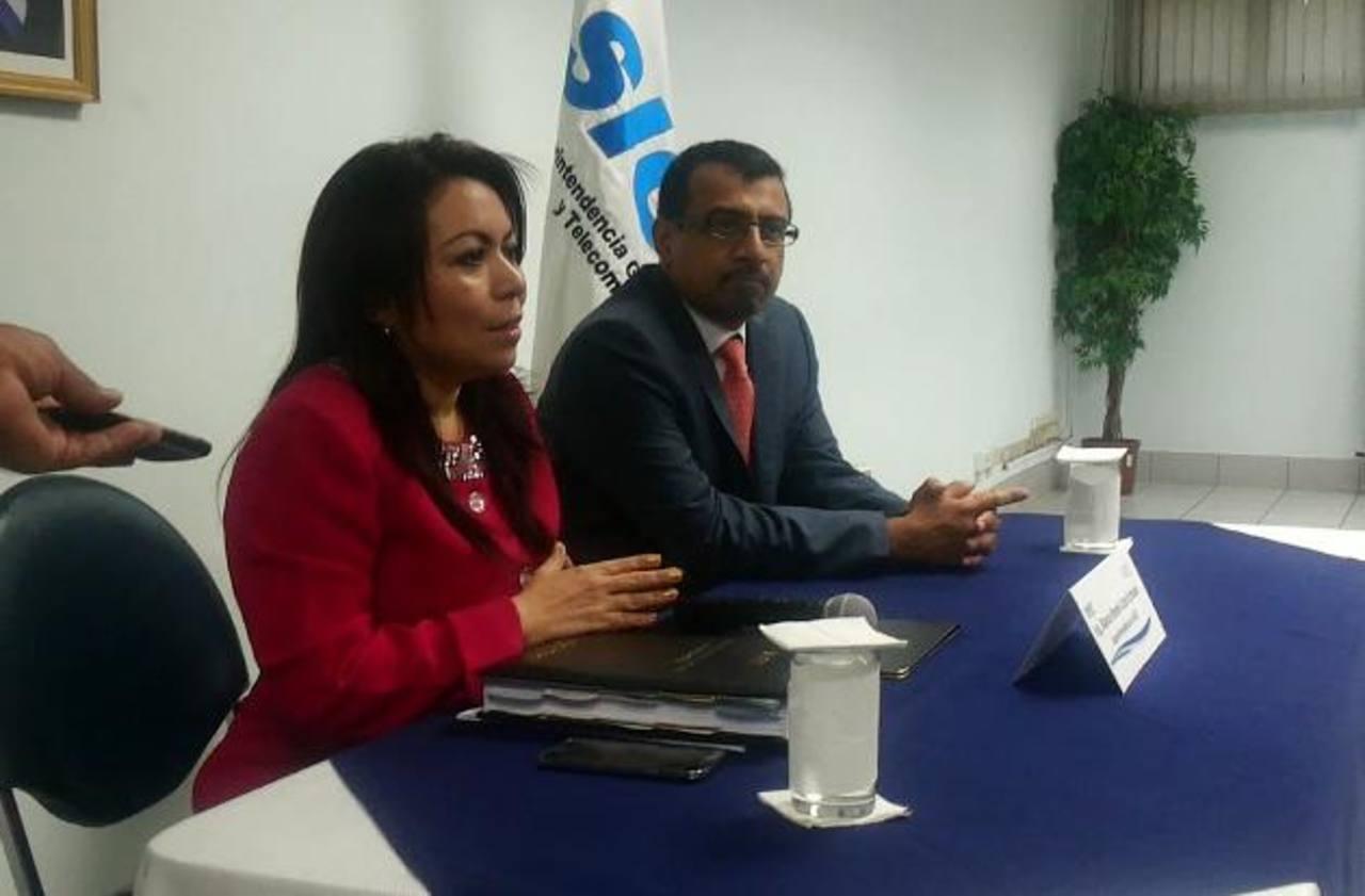 """Blanca Coto y un abogado se presentaron ante medios de comunicación para """"darse por enterada"""" por la decisión tomada por la Junta de Directores de la Siget. Foto EDH"""