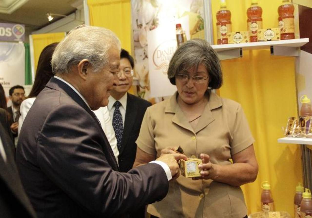 Presidente recorre la exhibición de pequeños empresarios tras lanzar Política Nacional de Emprendimiento. foto cortesía