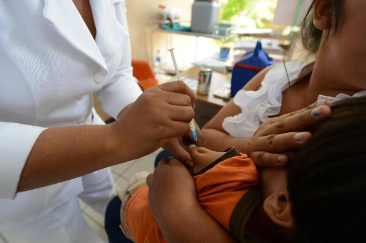 Una enfermera de la Unidad de Salud de San Miguelito aplica una vacuna a un paciente. Foto EDH / archivo