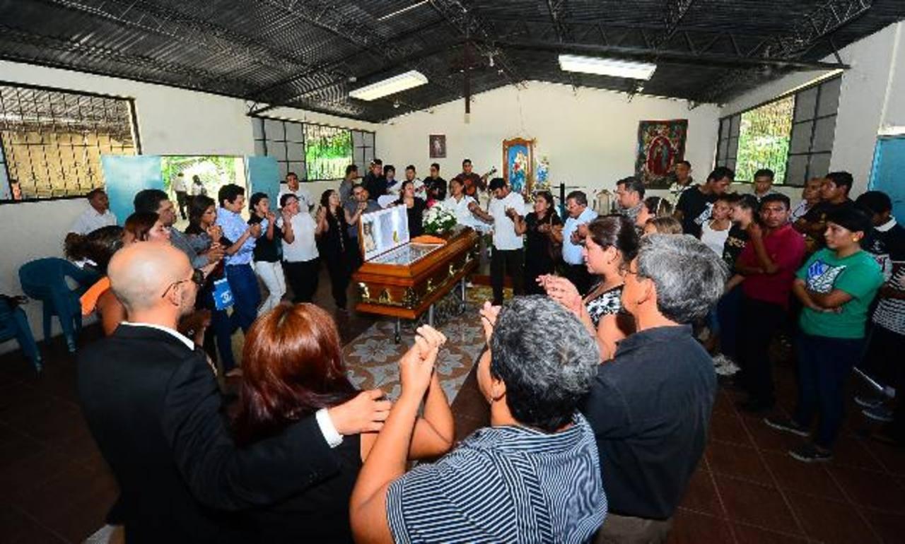 Los hermanos en la fe de Edwin cantaban, danzaban y rezaban alrededor de su ataúd. Tres sacerdotes participaron en las exequias.