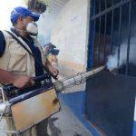 En Antiguo Cuscatlán realizan jornadas de fumigación para matar al zancudo adulto. Foto EDH / archivo