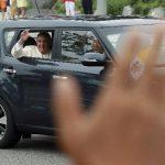 El papa Francisco saluda desde un sedán compacto tras su llegada a Seongnam, Corea del Sur.