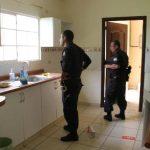 Policías llegaron a la residencia para indagar el caso.