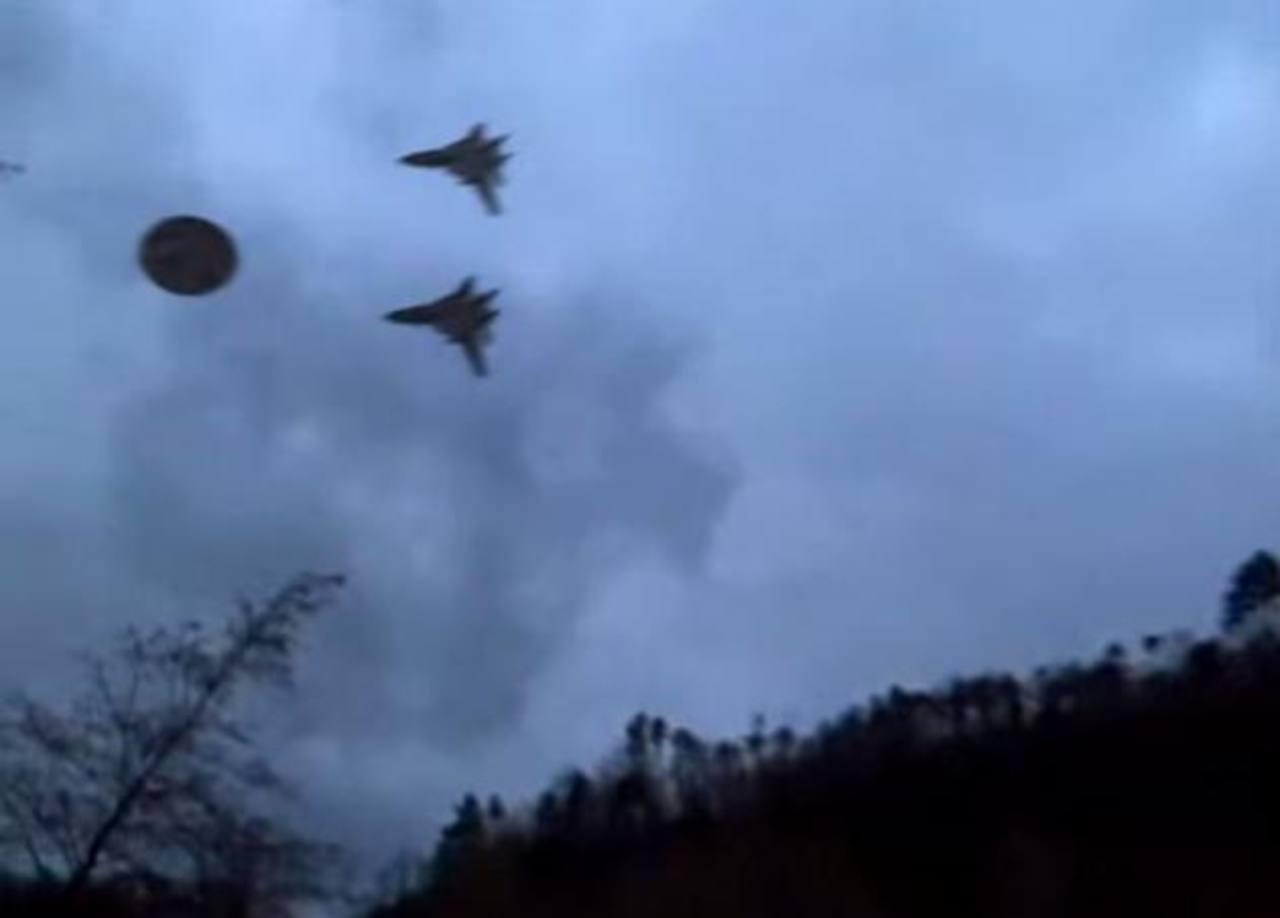Video: ¿Escoltan un platillo volador estos aviones militares?