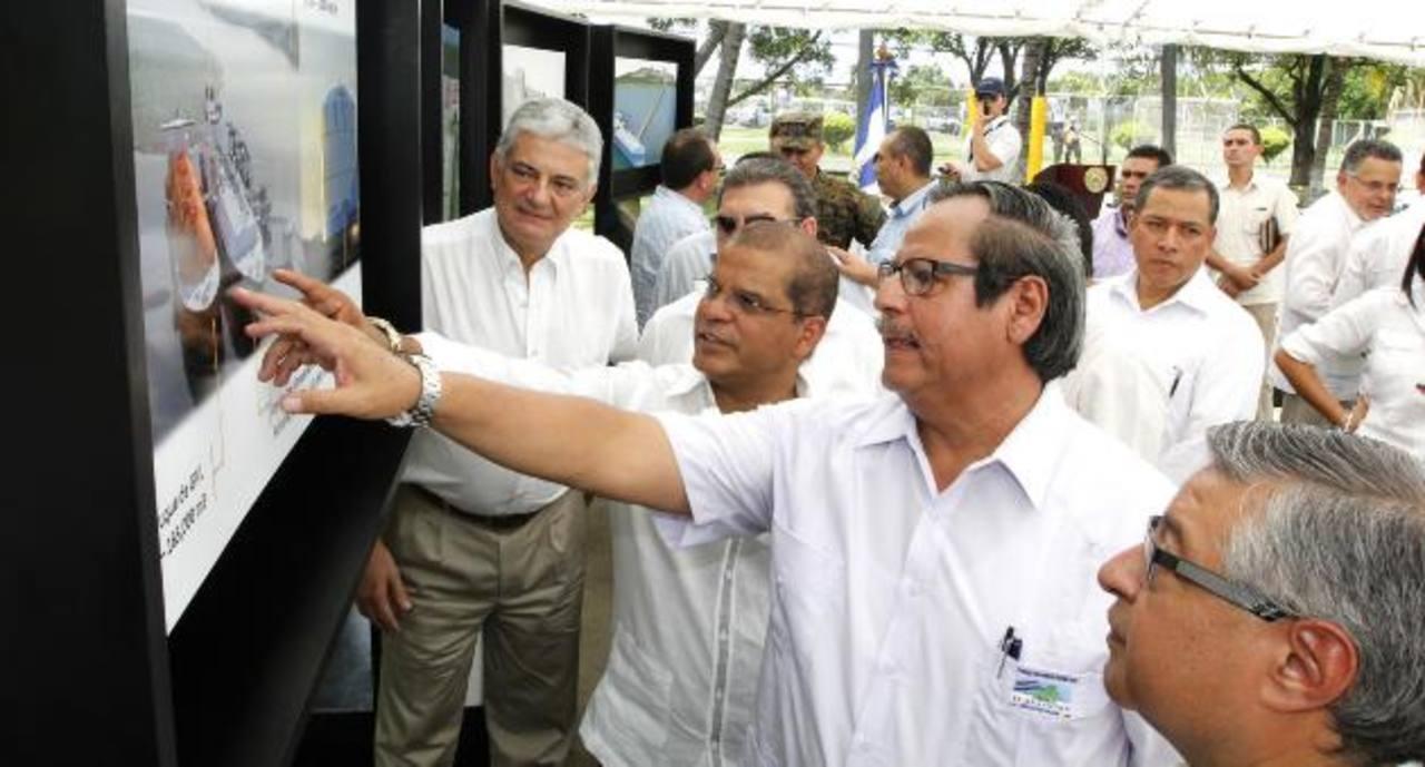 Personeros del Gobierno y de la empresa, que construirá la planta energética, revisan el diseño del proyecto. Foto EDH/Cortesía