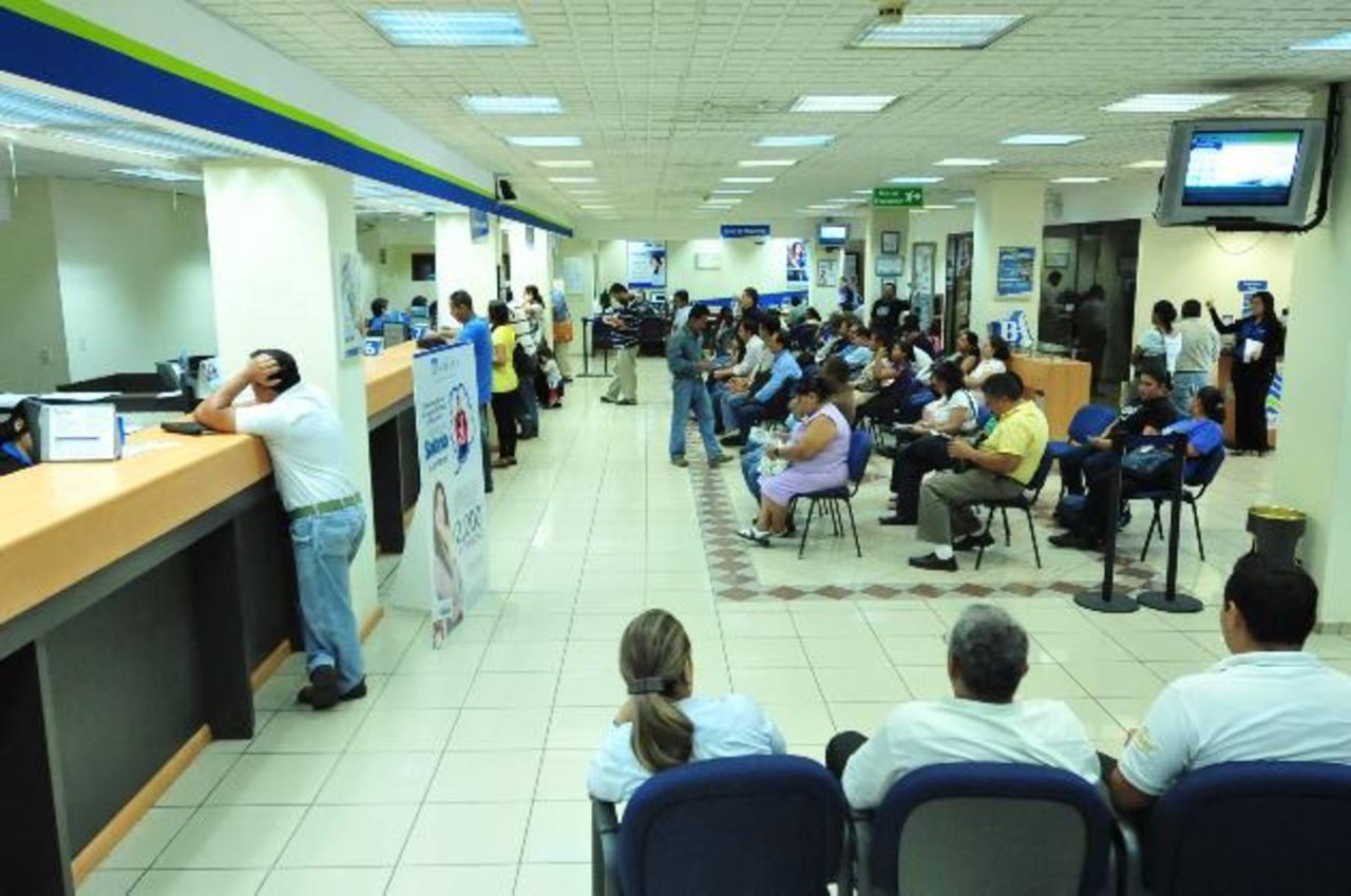 Los bancos tendrán que hacer la retención del impuesto de forma manual, lo que requerirá más tiempo. foto edh / archivo