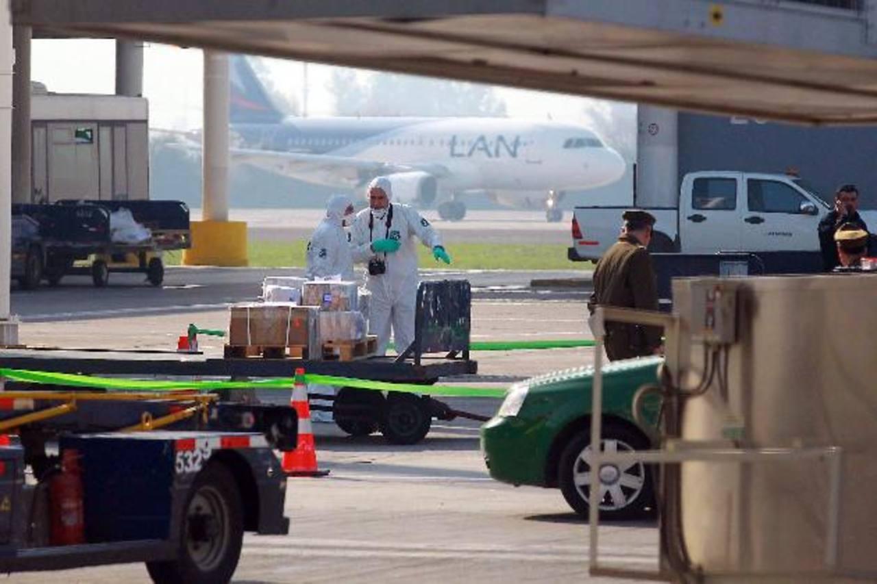 Peritos de Carabineros de Chile trabajaban en el lugar donde sujetos asaltaron un camión en el aeropuerto de Chile. edh / EFE