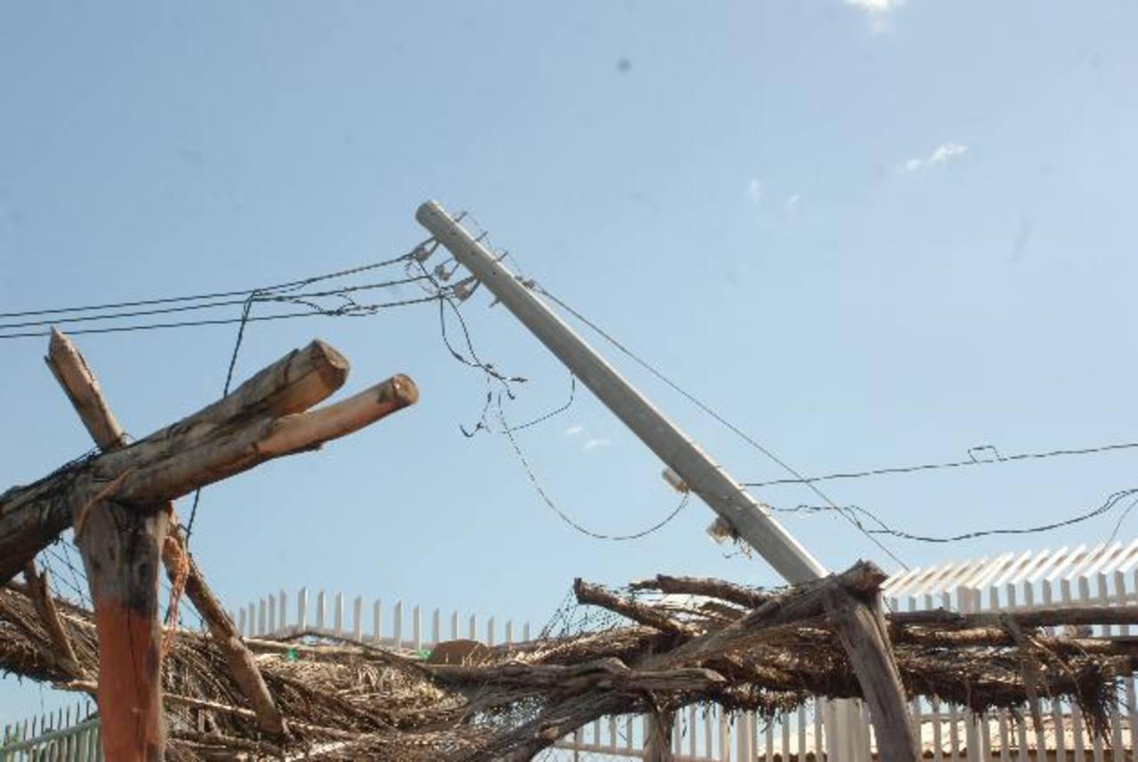 Los fuertes vientos de tormenta, del sábado pasado, causaron la caída de postes del tendido eléctrico. fotos edh / insy mendoza