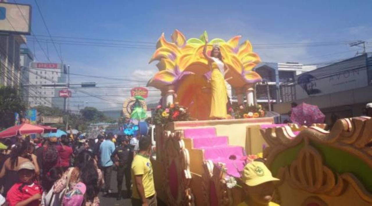 Desfile del Comercio engalana los festejos de San Salvador