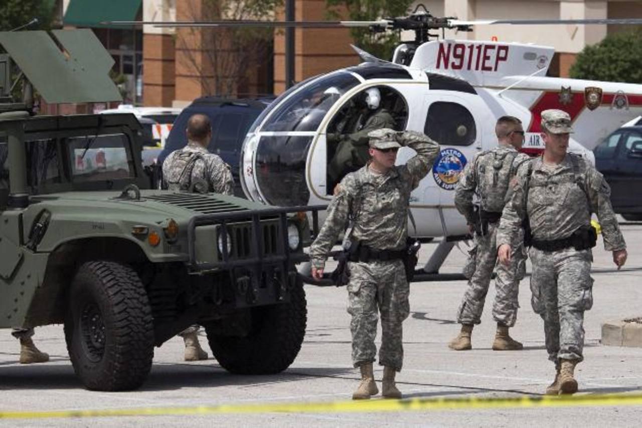 Tropas de la guardia nacional fueron desplegadas en Ferguson, Misuri, después de varios días de violencia. foto edh / reuters