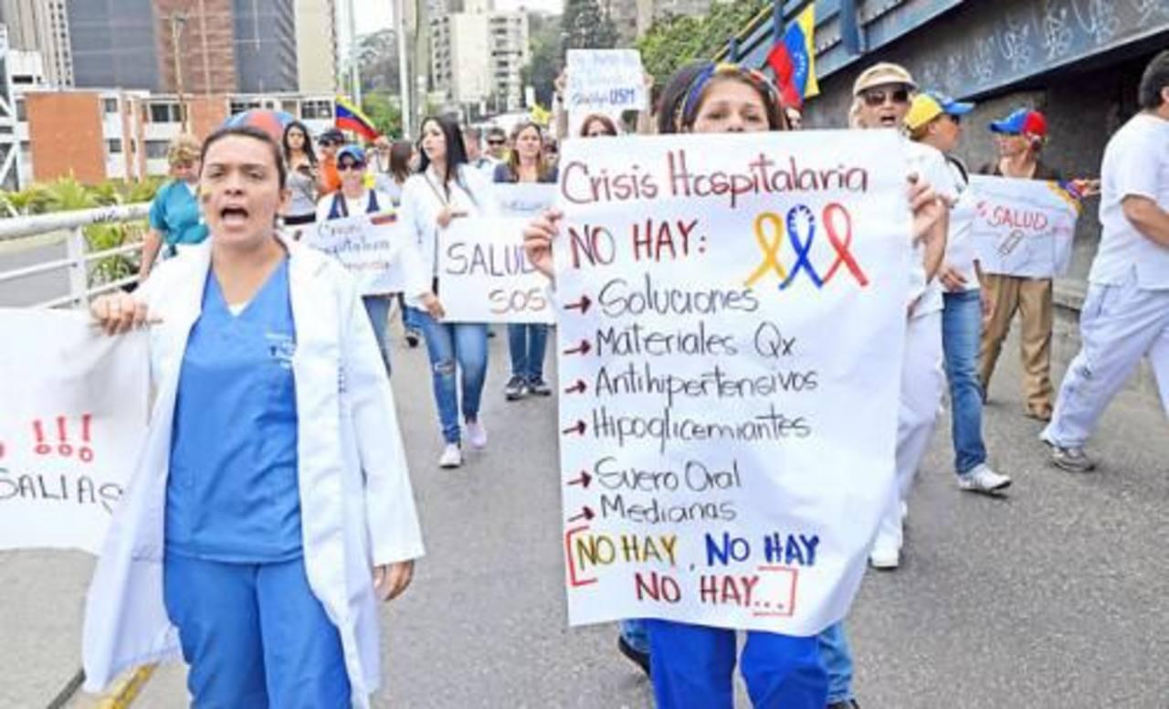 """En distintas protestas callejeras, el personal de salud ha solicitado sea declarada la """"emergencia sanitaria"""", no sólo por la falta de medicamentos, sino por el deterioro en la infraestructura sanitaria del país. foto edh / internet"""