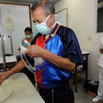 Pacientes con insuficiencia renal se preparan para realizarse la diálisis ambulatoria en un cuarto del Hospital Médico Quirúrgico del Instituto Salvadoreño del Seguro Social (ISSS). Foto EDH / Archivo