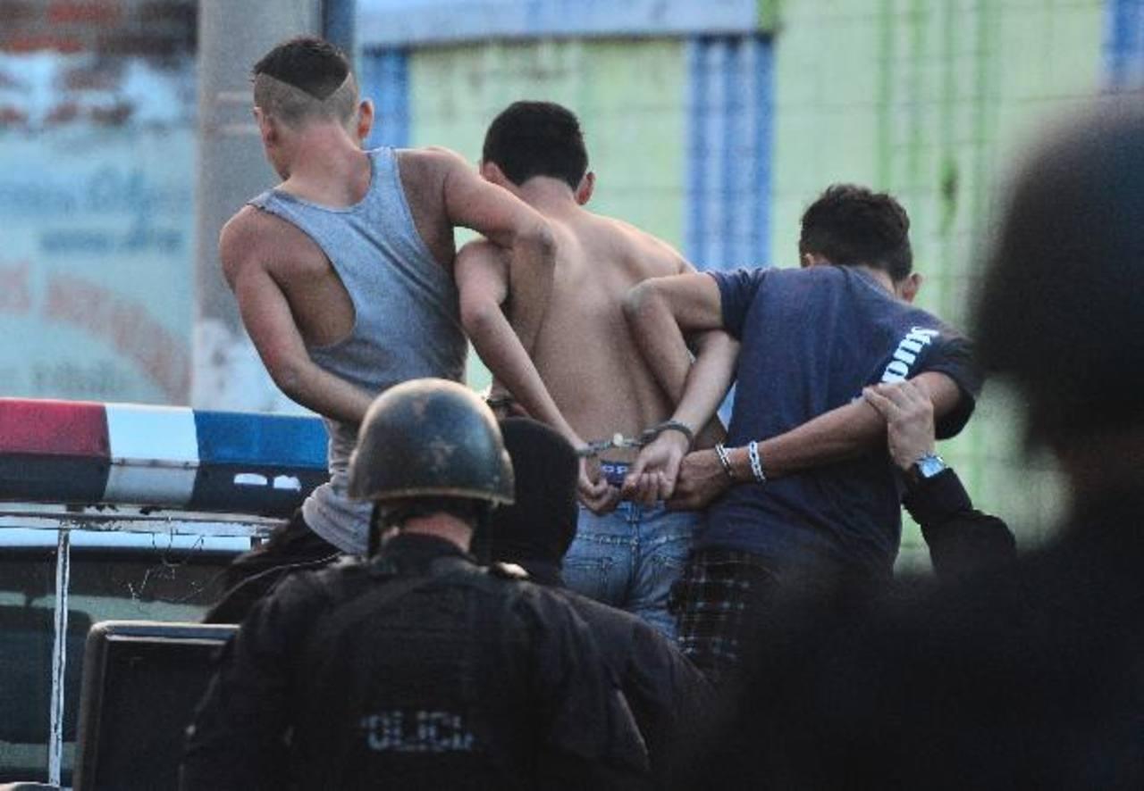 Al final solo tres sujetos fueron detenidos en vías de investigación, los vinculan de ser pandilleros. Foto EDH / René Quintanilla.
