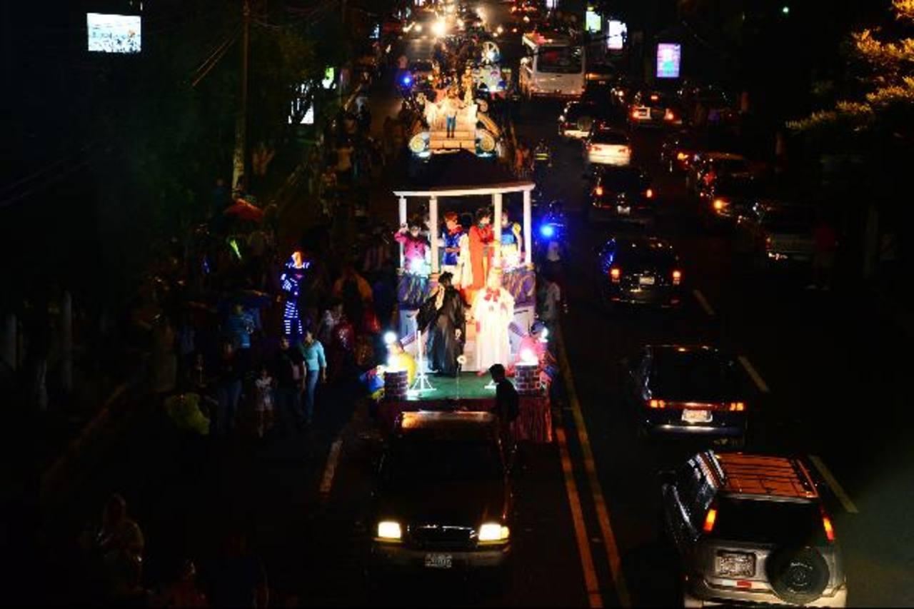 Los grupos de batucada pusieron a bailar a los centenares de asistentes. El desfile arrancó de las Fuentes Beethoven hasta la Plaza Salvador del Mundo. foto edh /césar avilésEl Paseo General Escalón vio desfilar a cuatro carrozas iluminadas, lo que f