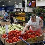 Rusia prohibió a partir de hoy y durante un año la importación de la mayoría de los productos alimenticios, agrícolas y ganaderos procedentes de la UE, EE.UU., Australia, Canadá y Noruega, en respuesta a las sanciones contra Moscú.