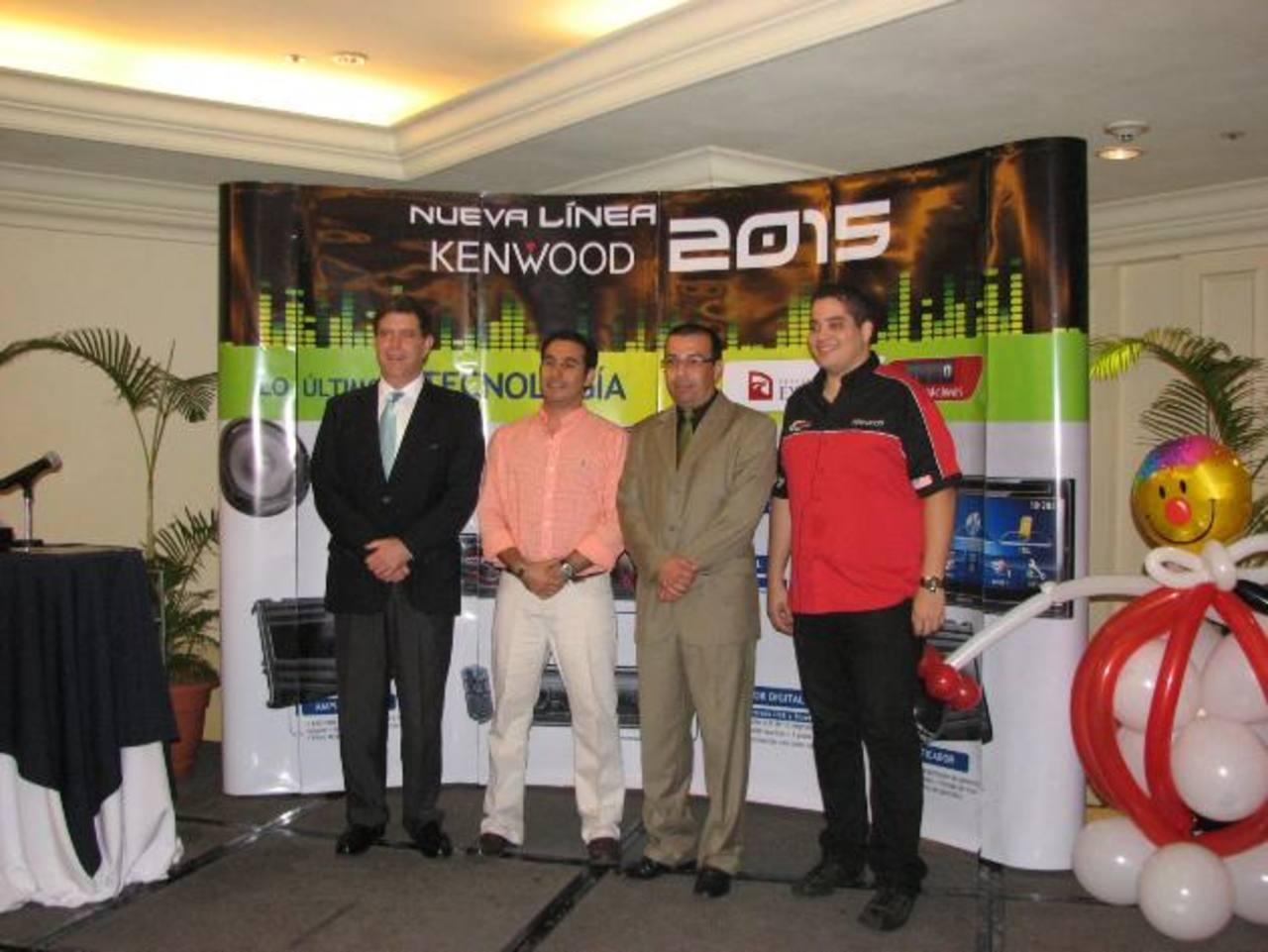 Representantes de Excel Automotriz presentaron la nueva línea de productos Kenwood. Foto EDH / Cortesía.